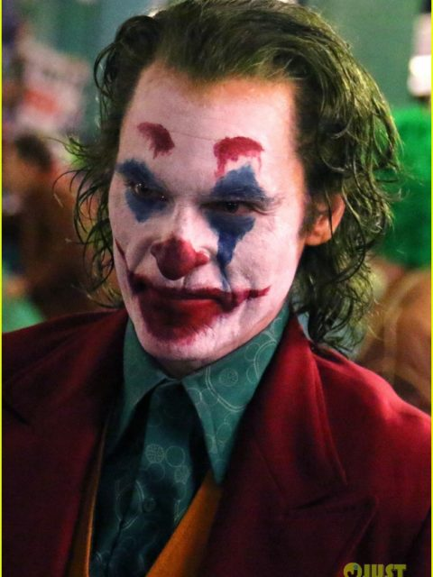 joaquin phoenix transforms into the joker filming riot scene 09