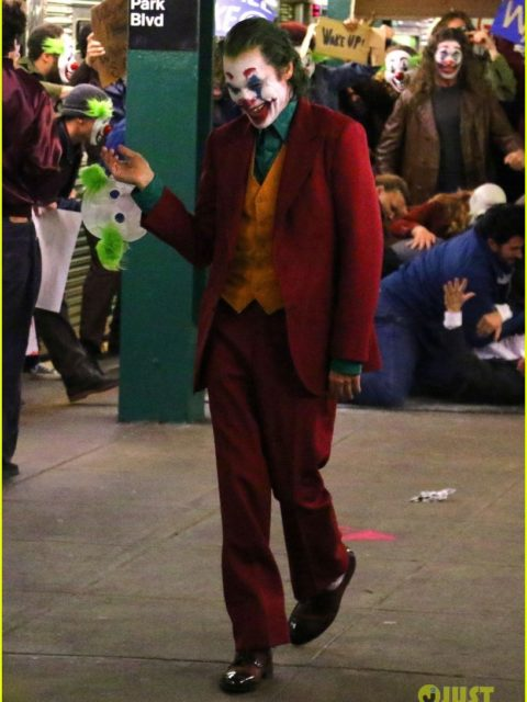 joaquin phoenix transforms into the joker filming riot scene 33